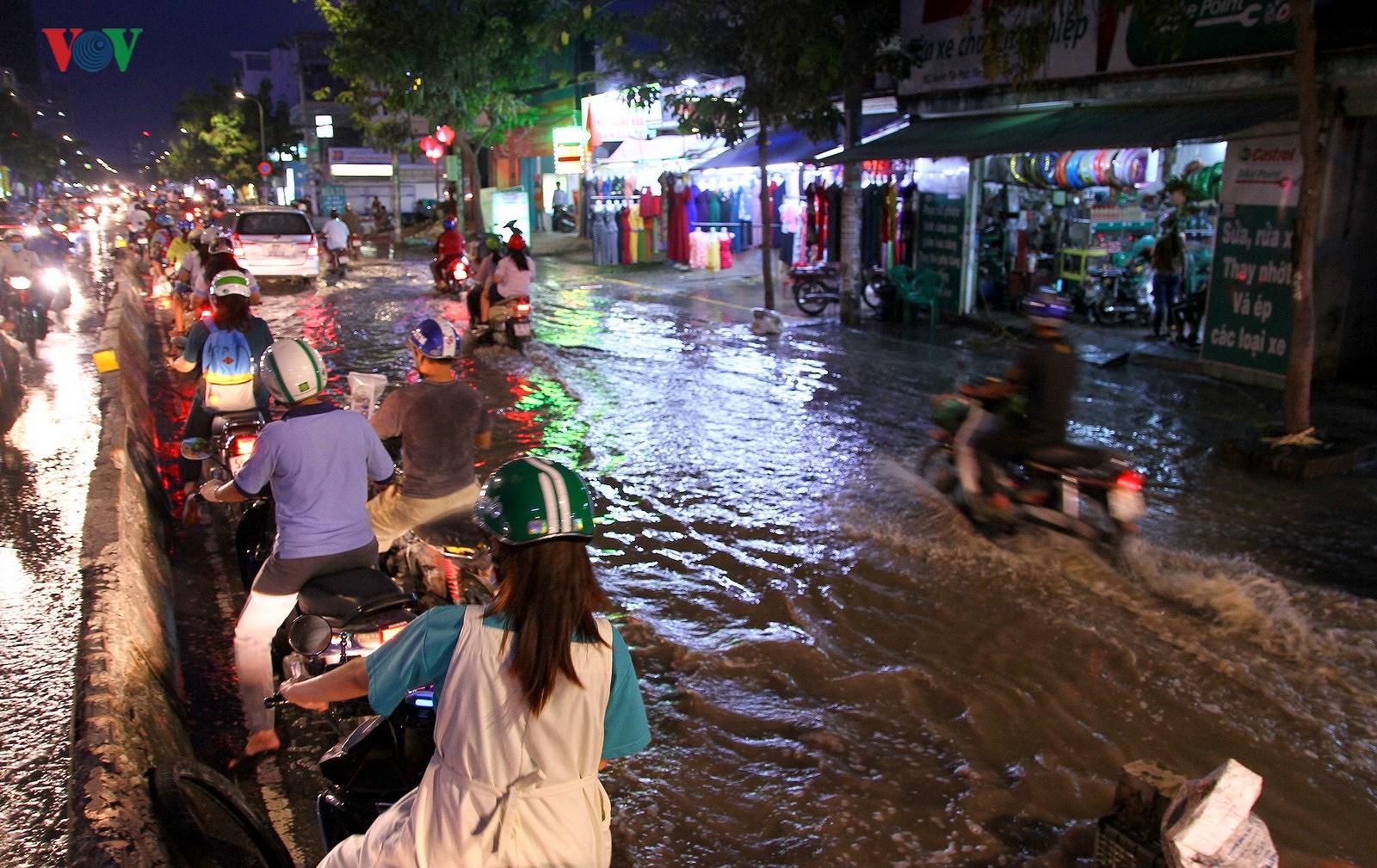 Triều cường lại làm khổ người dân tại TP Hồ Chí Minh Ảnh 2