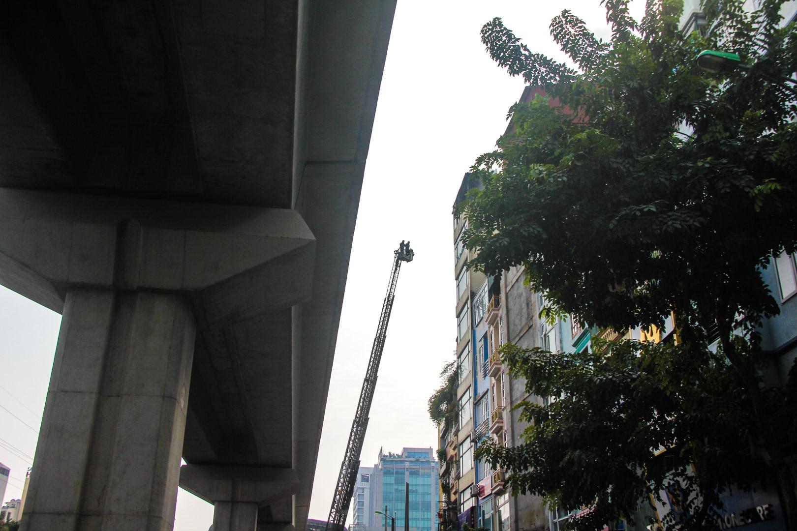 Hơn 2 giờ dập đám cháy do đốt vàng mã tại tòa nhà 9 tầng Ảnh 6