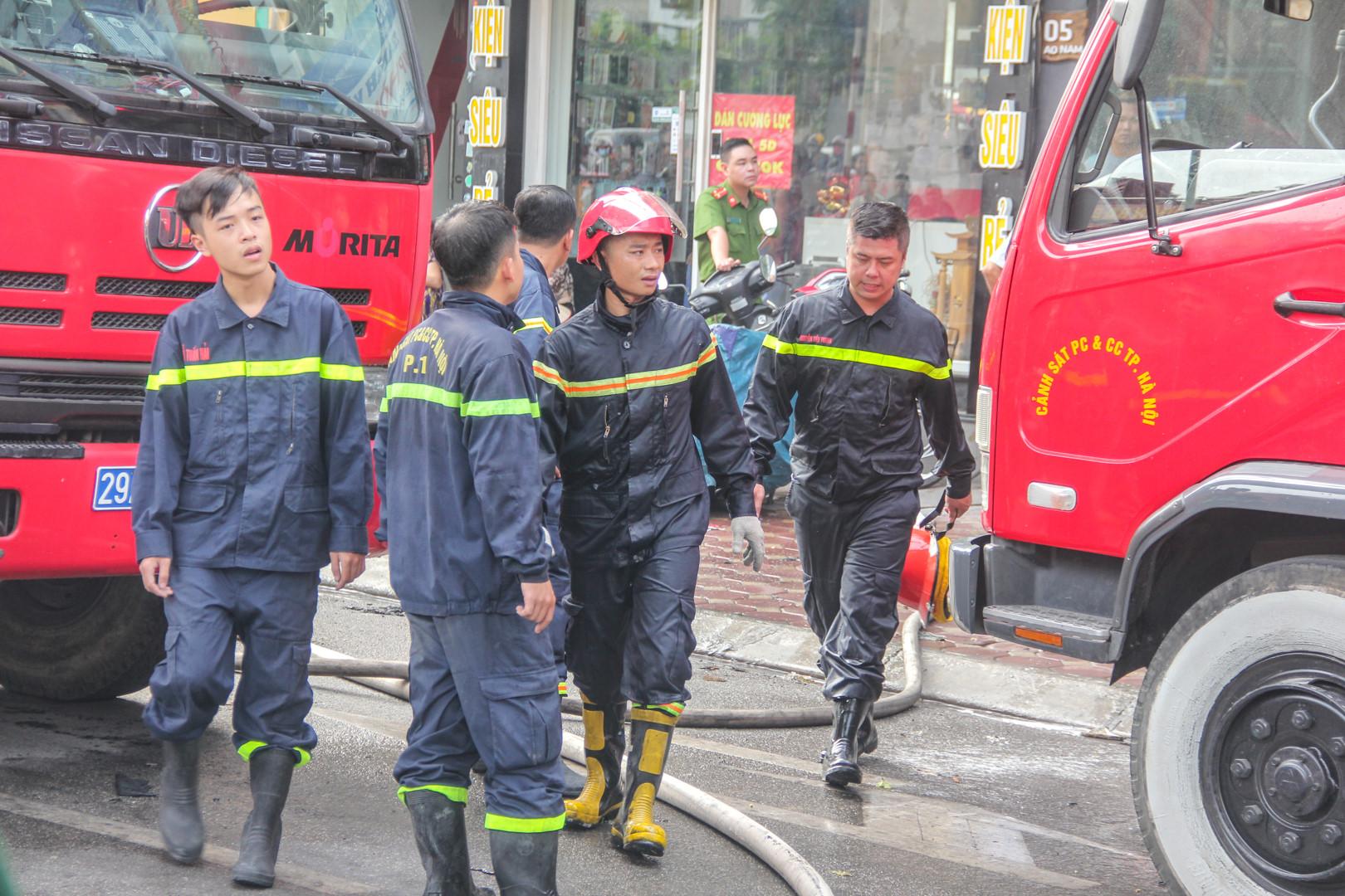 Hơn 2 giờ dập đám cháy do đốt vàng mã tại tòa nhà 9 tầng Ảnh 9