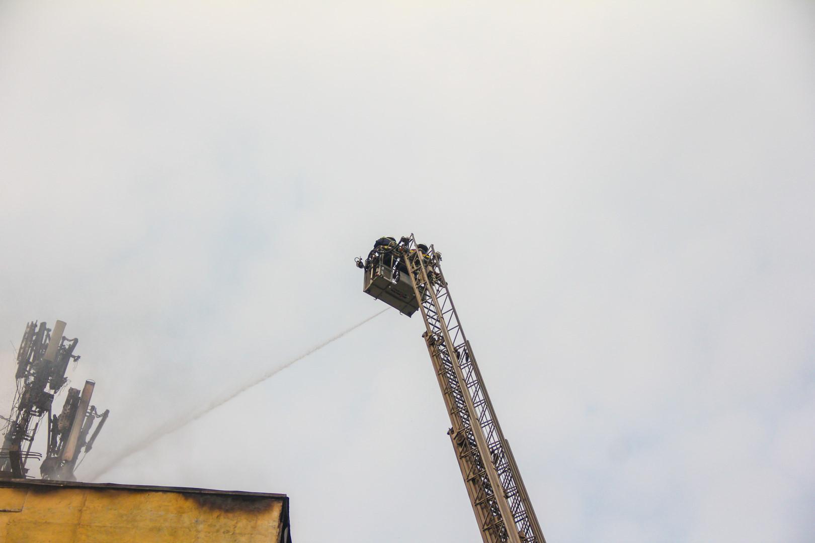 Hơn 2 giờ dập đám cháy do đốt vàng mã tại tòa nhà 9 tầng Ảnh 7