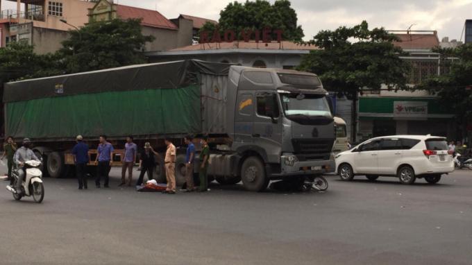 Thanh Hóa: Xe máy va chạm với xe đầu kéo, 2 người tử vong Ảnh 1