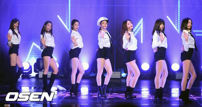 Những trang phục biểu diễn từng làm dậy sóng MXH của dàn sao Kpop Ảnh 25