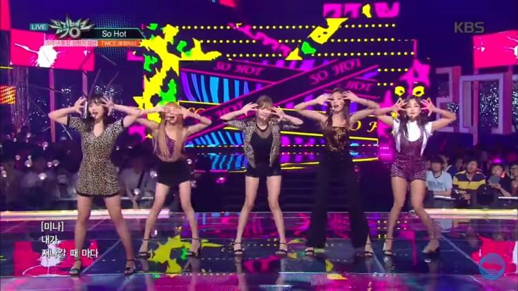 Những trang phục biểu diễn từng làm dậy sóng MXH của dàn sao Kpop Ảnh 20