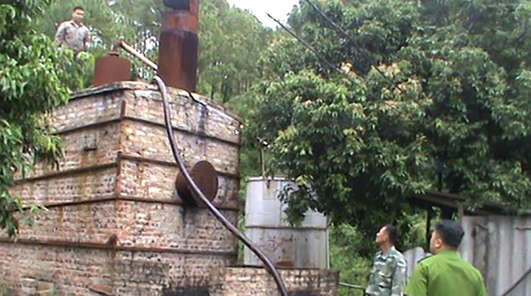 Triệt phá xưởng tái chế dầu trái phép gây ô nhiễm môi trường Ảnh 1