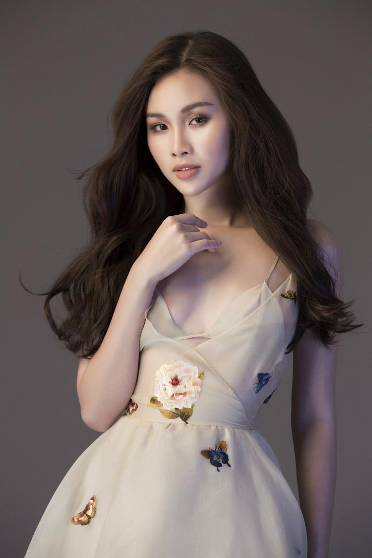 Á Hậu 'Siêu vòng 3' Thanh Trang e ấp khoe vai trần, lưng ong gợi cảm mừng tuổi 25 Ảnh 3