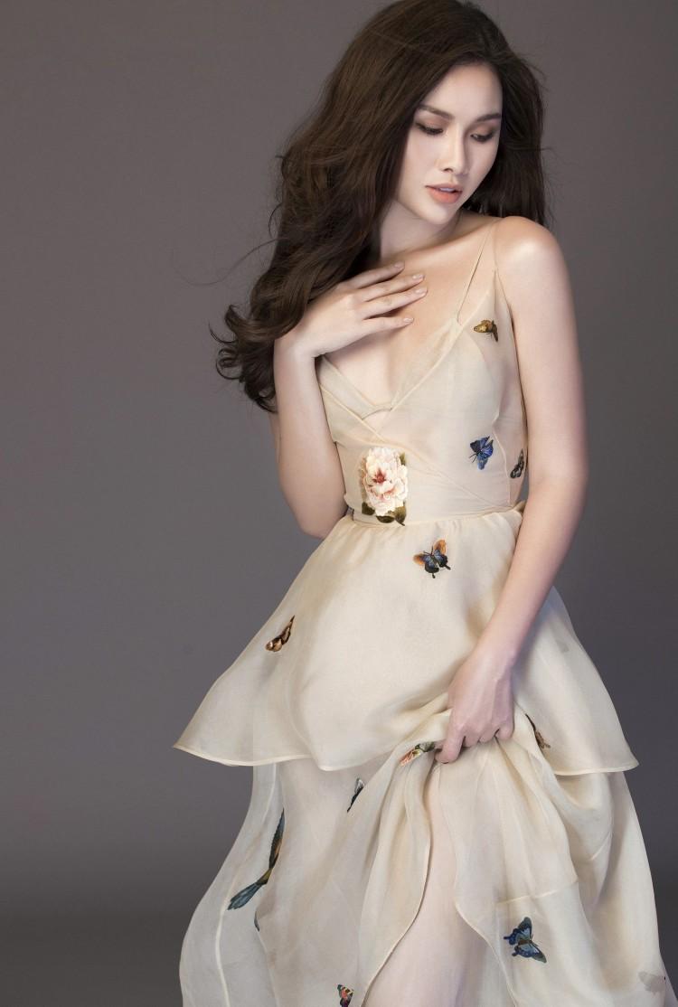 Á Hậu 'Siêu vòng 3' Thanh Trang e ấp khoe vai trần, lưng ong gợi cảm mừng tuổi 25 Ảnh 2