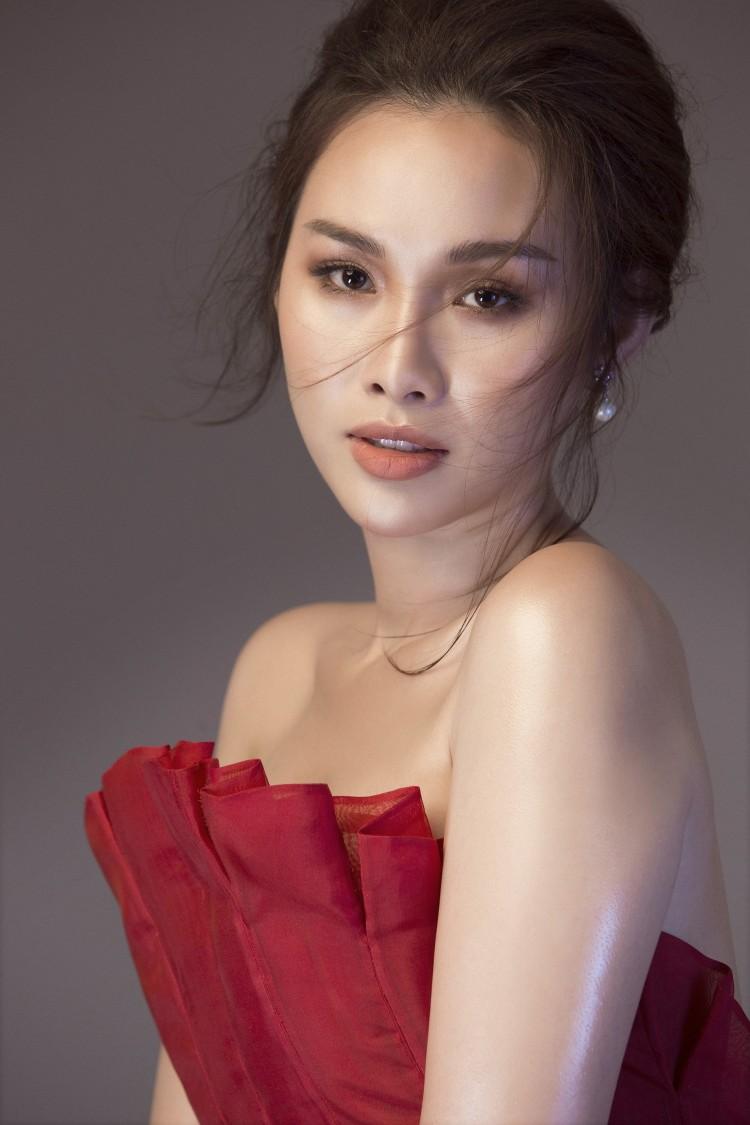 Á Hậu 'Siêu vòng 3' Thanh Trang e ấp khoe vai trần, lưng ong gợi cảm mừng tuổi 25 Ảnh 6
