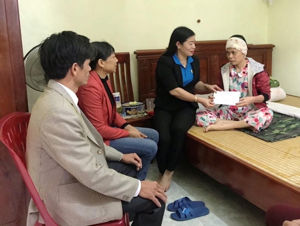 LĐLĐ huyện Yên Khánh (Ninh Bình): Tặng quà cho nữ đoàn viên công đoàn có hoàn cảnh khó khăn Ảnh 1