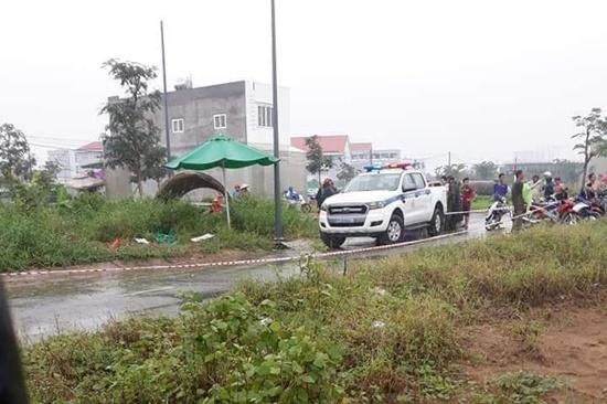 Thi thể người đàn ông mặc áo Grab nghi bị sát hại nằm bên đường Ảnh 1