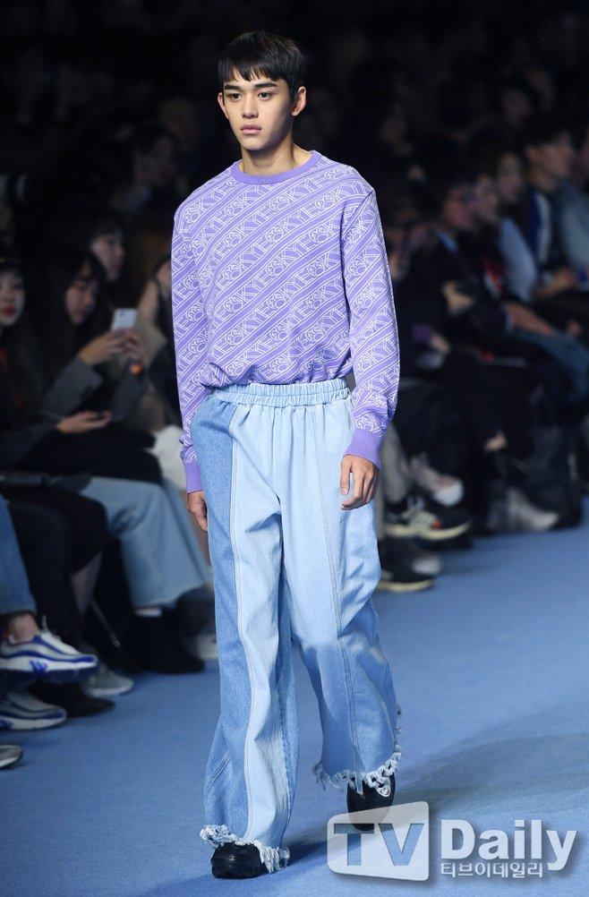 Dù bị mặc quần áo 'ngố tàu', Lucas (NCT) vẫn nổi bần bật trên sàn diễn catwalk chuyên nghiệp Ảnh 8