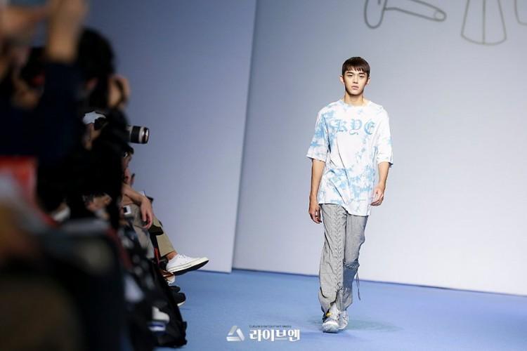 Dù bị mặc quần áo 'ngố tàu', Lucas (NCT) vẫn nổi bần bật trên sàn diễn catwalk chuyên nghiệp Ảnh 14