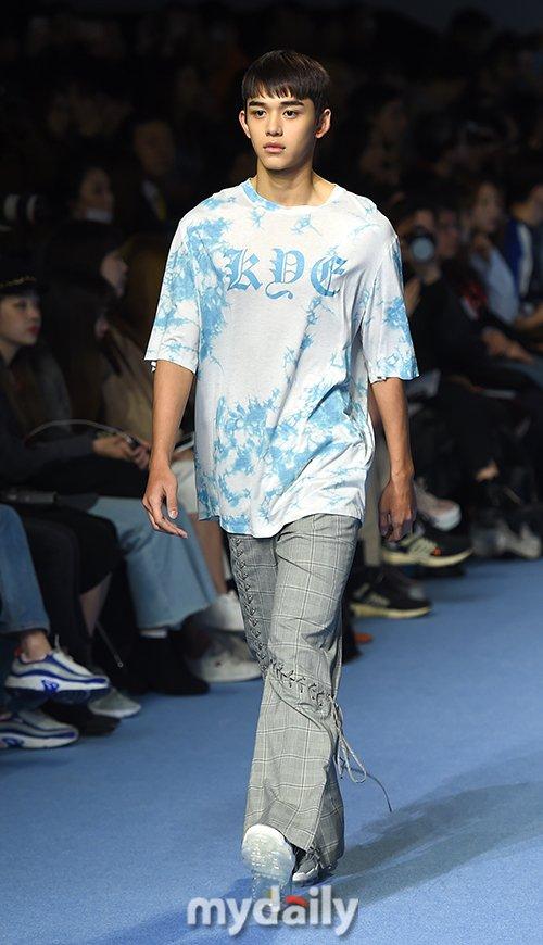Dù bị mặc quần áo 'ngố tàu', Lucas (NCT) vẫn nổi bần bật trên sàn diễn catwalk chuyên nghiệp Ảnh 13