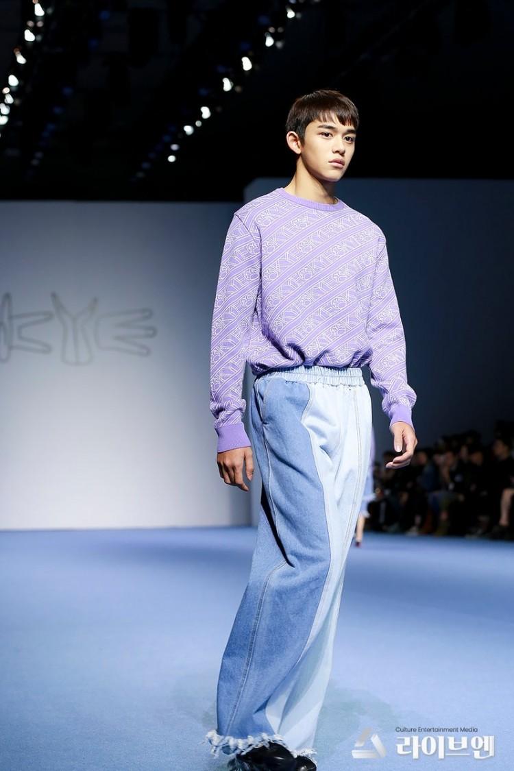 Dù bị mặc quần áo 'ngố tàu', Lucas (NCT) vẫn nổi bần bật trên sàn diễn catwalk chuyên nghiệp Ảnh 10