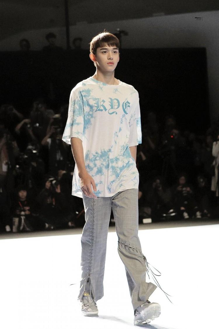 Dù bị mặc quần áo 'ngố tàu', Lucas (NCT) vẫn nổi bần bật trên sàn diễn catwalk chuyên nghiệp Ảnh 11