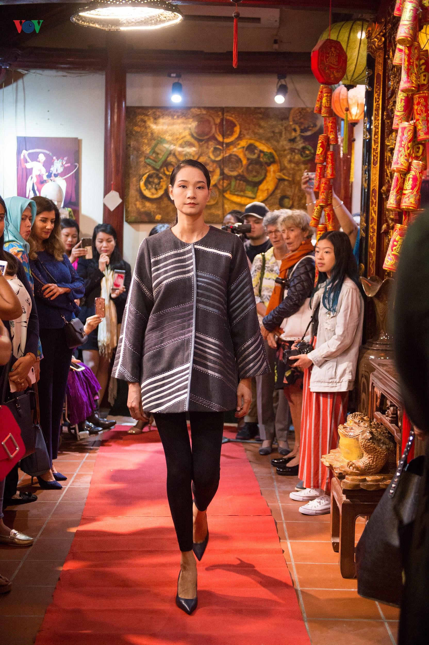 Chiêm ngưỡng bộ sưu tập thời trang đặc sắc của nhà thiết kế Sri Lanka Ảnh 17