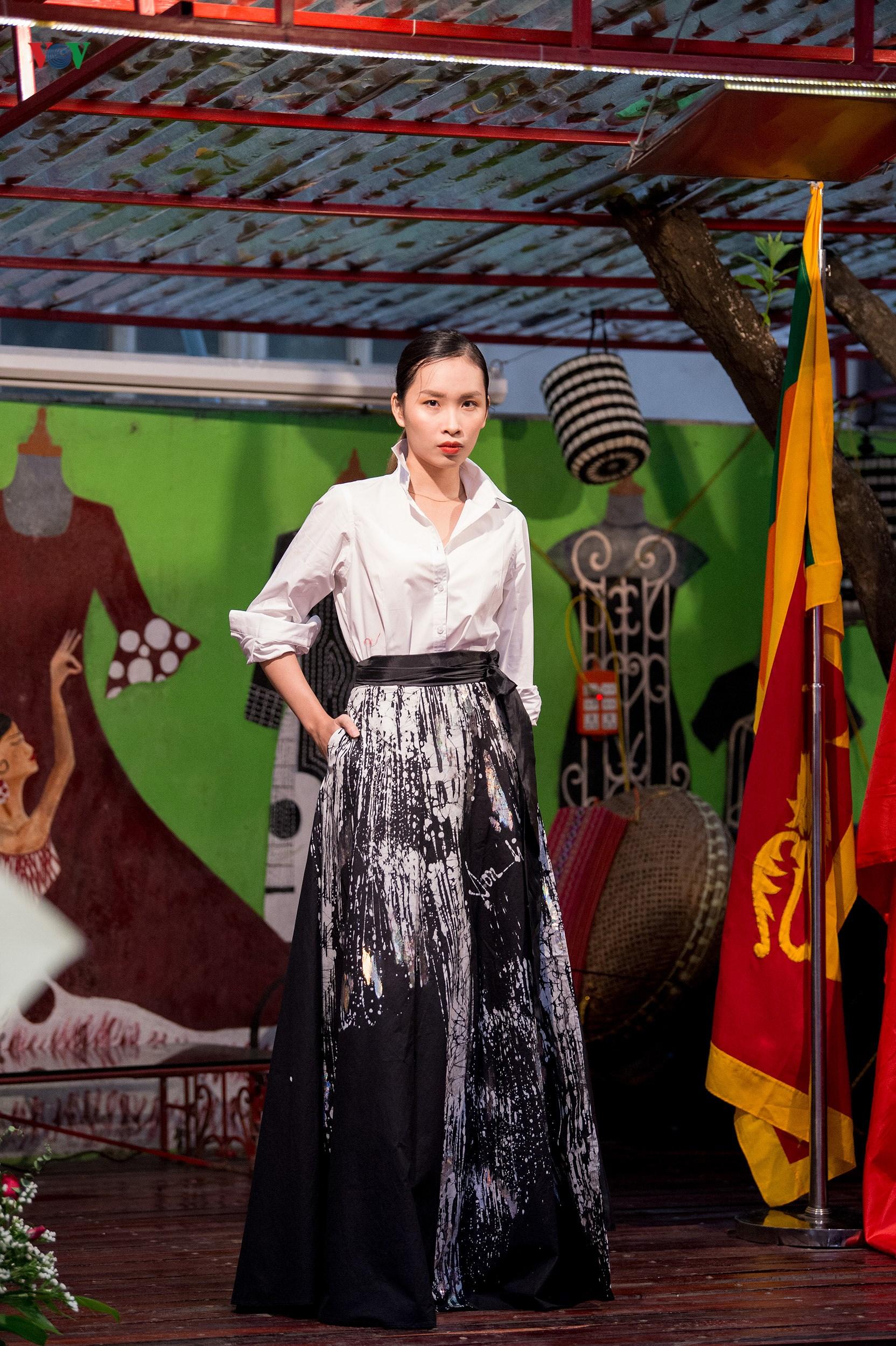 Chiêm ngưỡng bộ sưu tập thời trang đặc sắc của nhà thiết kế Sri Lanka Ảnh 7