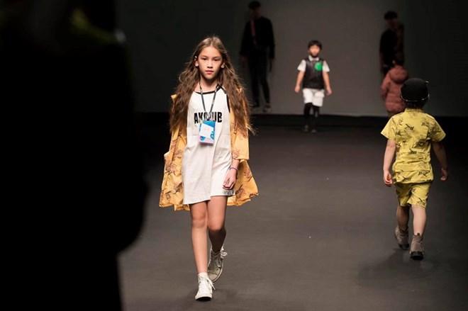 Dàn mẫu nhí Việt sải bước tự tin trên sàn thời trang quốc tế Ảnh 2