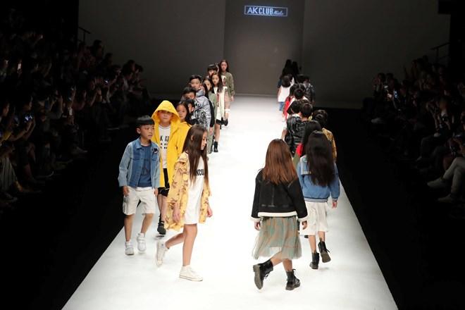 Dàn mẫu nhí Việt sải bước tự tin trên sàn thời trang quốc tế Ảnh 1