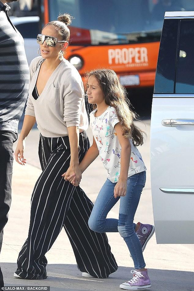 Jennifer Lopez xinh đẹp rạng ngời dạo phố cùng con gái Ảnh 1