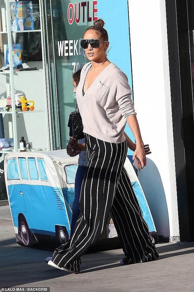 Jennifer Lopez xinh đẹp rạng ngời dạo phố cùng con gái Ảnh 2