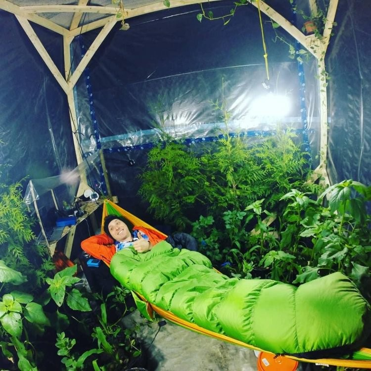 Thử sống trong lều kín khí cùng 200 cây xanh để thử nghiệm oxy và cái kết Ảnh 1