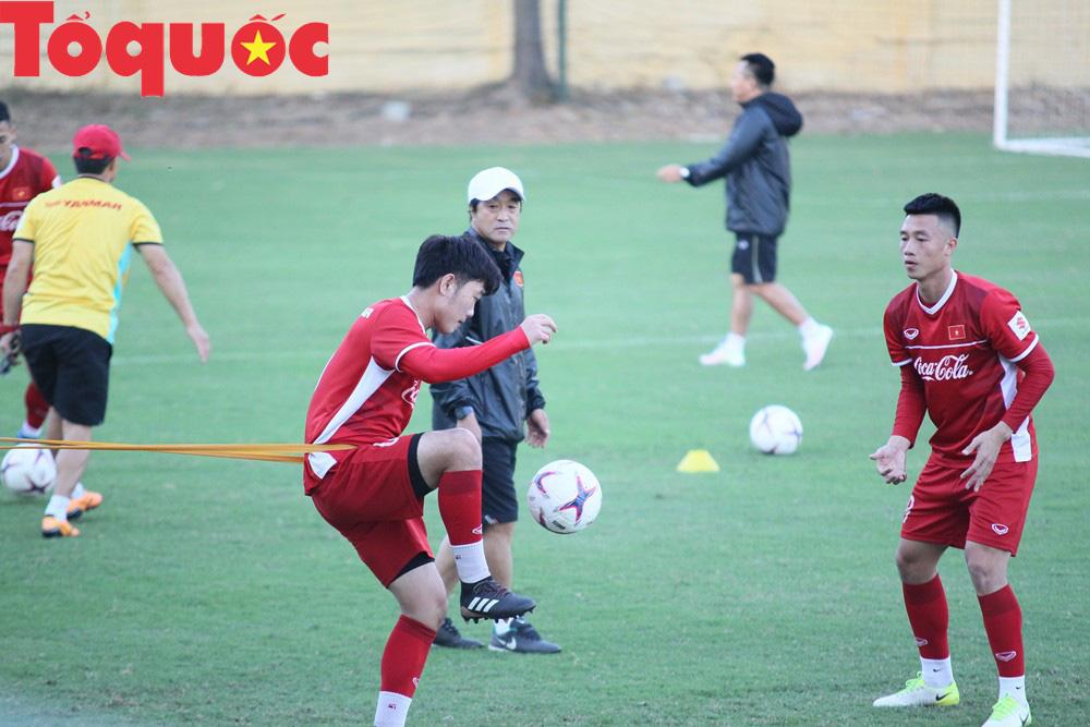 HLV Park Hang-seo 'bảnh bao' thị phạm trực tiếp cho các học trò Ảnh 11