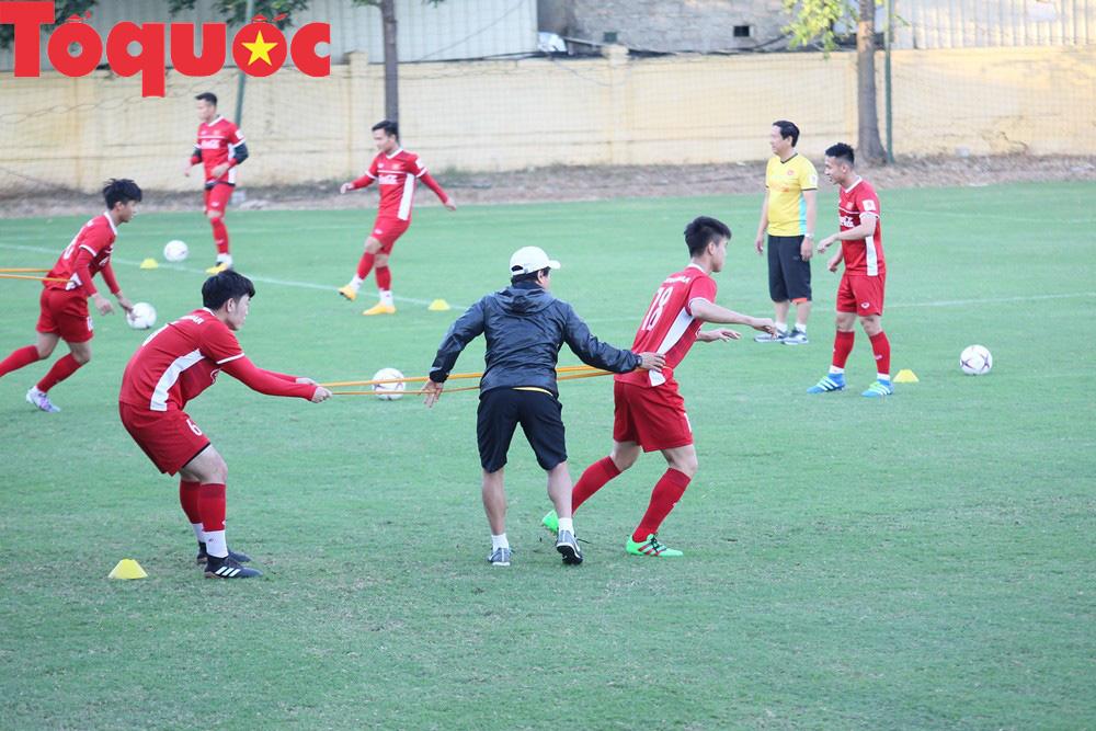 HLV Park Hang-seo 'bảnh bao' thị phạm trực tiếp cho các học trò Ảnh 9