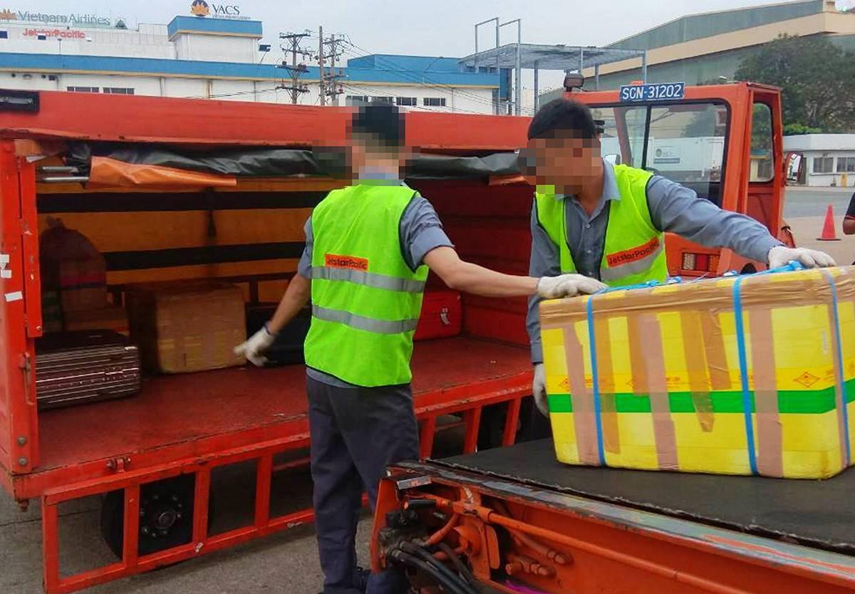 Sa thải 2 nhân viên bốc xếp ném hàng hóa ở sân bay Tân Sơn Nhất Ảnh 1
