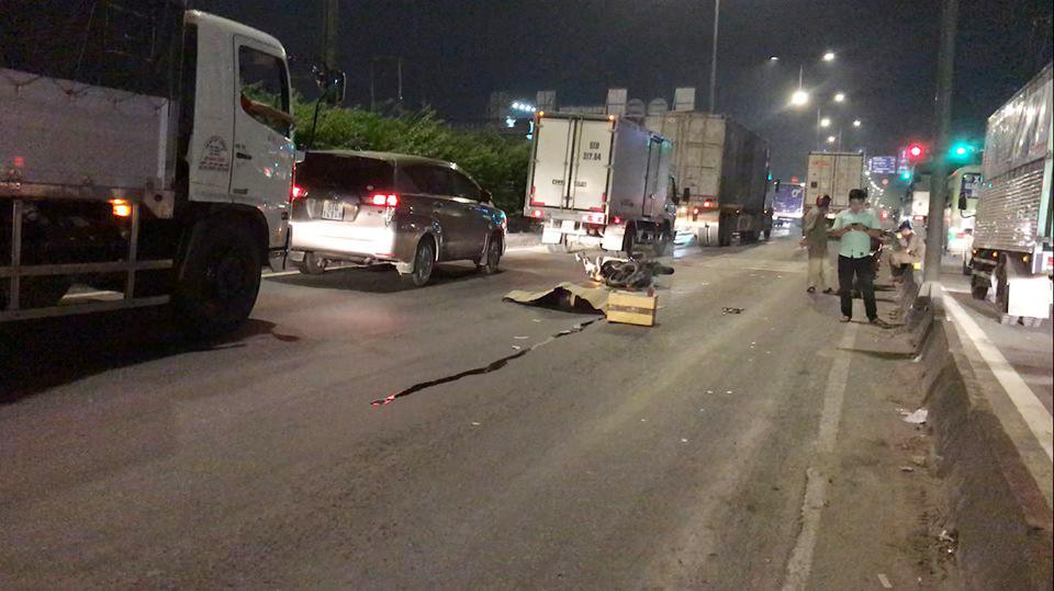 Chạy xe máy vào làn ôtô, một người bị xe container tông chết Ảnh 1