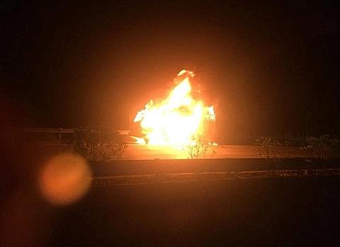Xe tải bốc cháy khi đang lưu thông trên cao tốc Nội Bài - Lào Cai Ảnh 1