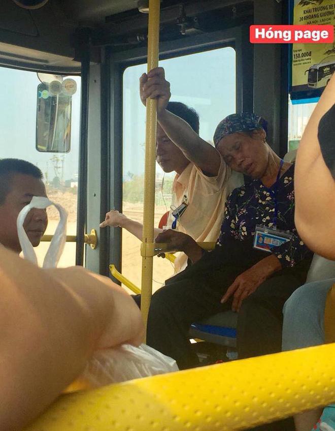 Hình ảnh nam thanh niên làm 'điểm tựa' cho cụ bà ngon giấc suốt hành trình nhận được cơn mưa lời khen của cộng đồng mạng Ảnh 2
