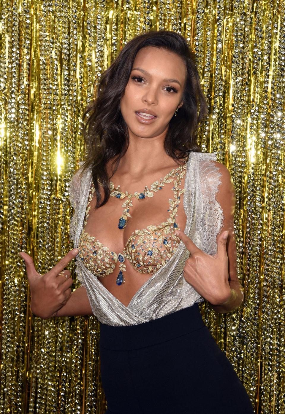 'Thiên thần' Victoria's Secret khoe áo ngực triệu đô trước show diễn Ảnh 4