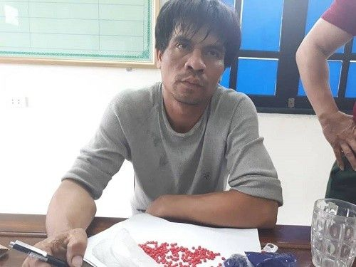 Bắt giữ đối tượng vận chuyển 800 viên hồng phiến và ma túy đá từ Lào về Việt Nam ảnh 1