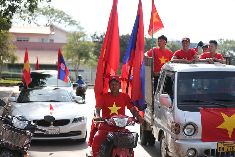 Hàng nghìn CĐV kéo tới sân tiếp lửa tuyển Việt Nam tại Lào Ảnh 1