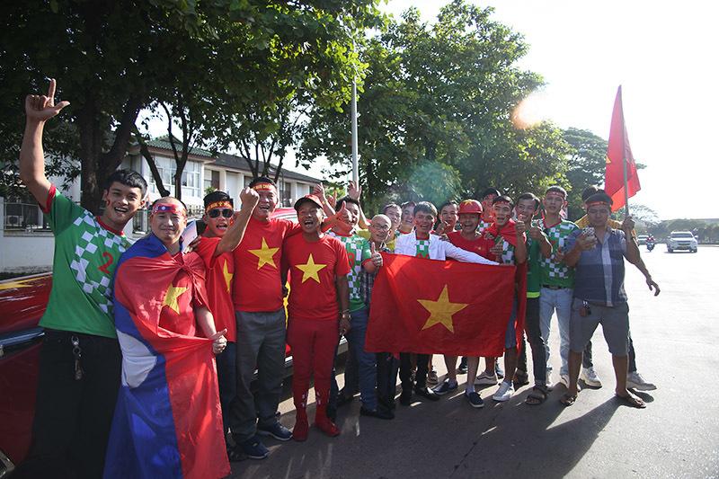 Hàng nghìn CĐV kéo tới sân tiếp lửa tuyển Việt Nam tại Lào Ảnh 12