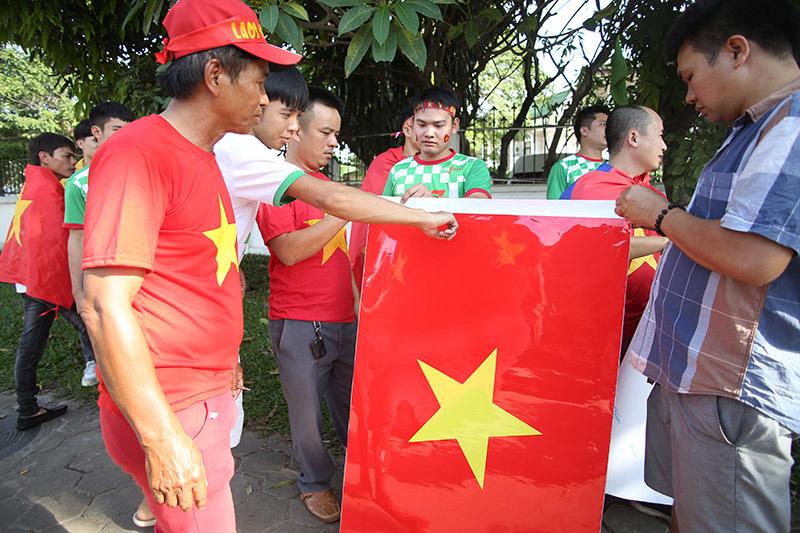 Hàng nghìn CĐV kéo tới sân tiếp lửa tuyển Việt Nam tại Lào Ảnh 9