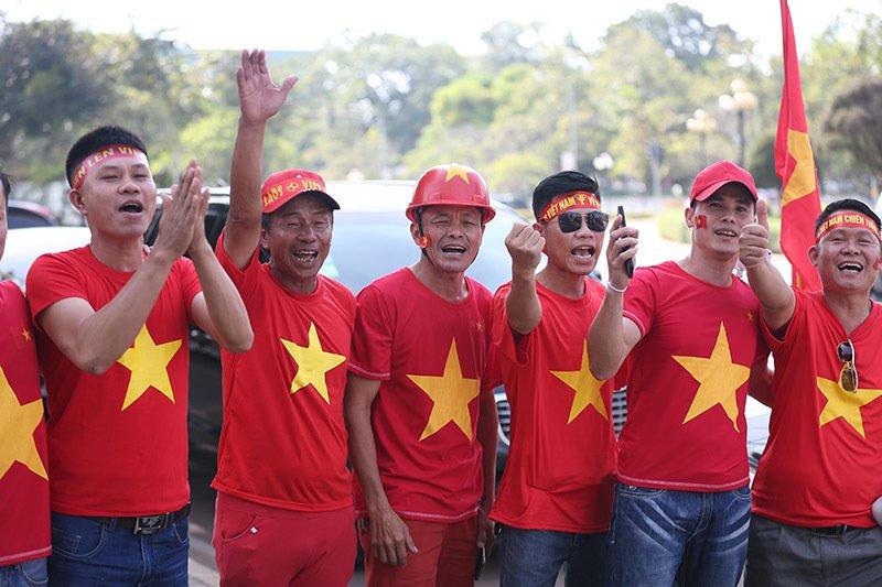 Hàng nghìn CĐV kéo tới sân tiếp lửa tuyển Việt Nam tại Lào Ảnh 11