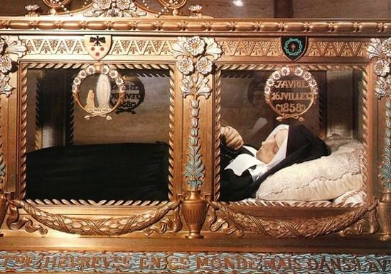 Bí ẩn xác người đàn ông bị chôn gần 300 năm vẫn nguyên vẹn Ảnh 2