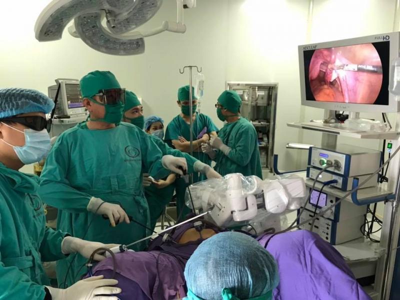 Sử dụng cánh tay robot phẫu thuật cho bệnh nhân Ảnh 1