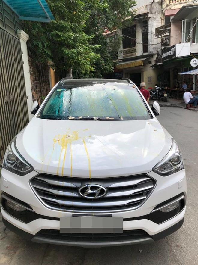 Bị ô tô đỗ trước cửa chắn lối ra vào, chủ nhà tức giận ném trứng sống vương vãi khắp xe dậy mùi tanh cả khu phố Ảnh 1