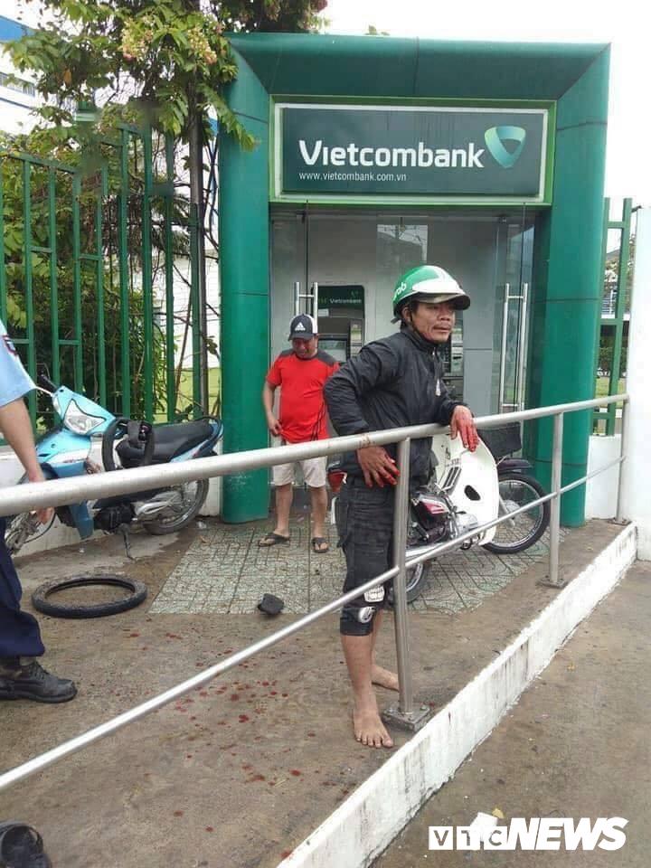 Trét ớt vào mắt người rút tiền tại ATM để cướp tài sản ở TP.HCM Ảnh 1