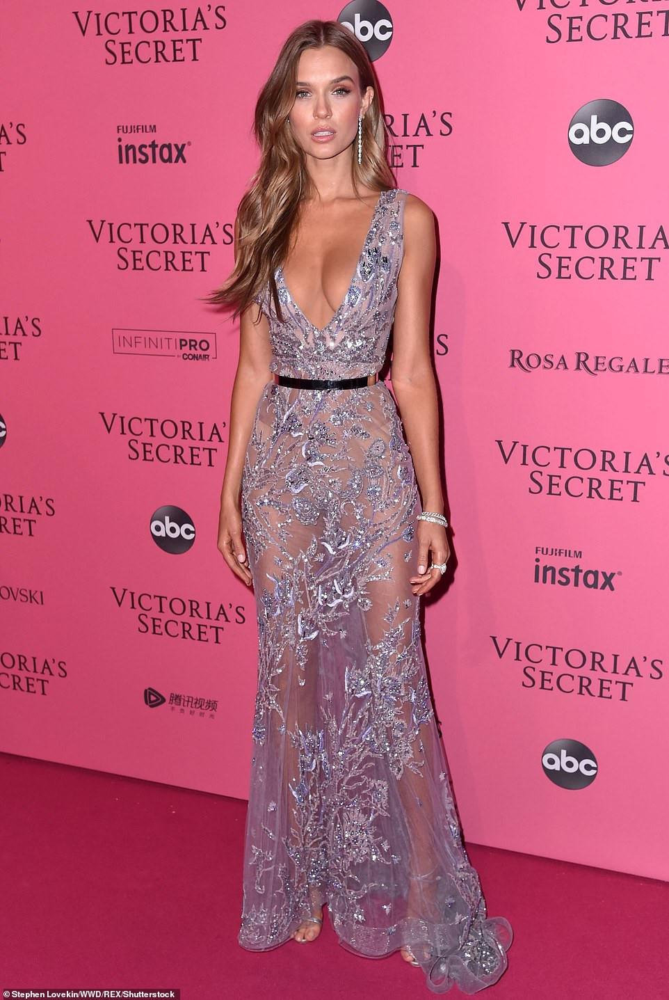 Bella Hadid diện mốt không nội y dự tiệc Victoria's Secret Show Ảnh 8