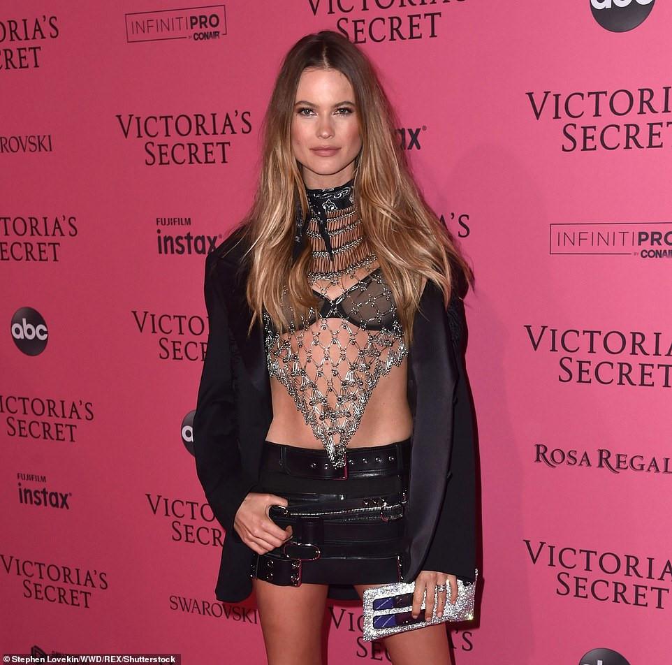 Bella Hadid diện mốt không nội y dự tiệc Victoria's Secret Show Ảnh 6
