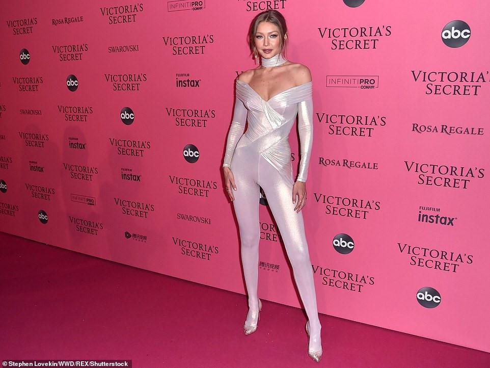 Bella Hadid diện mốt không nội y dự tiệc Victoria's Secret Show Ảnh 5