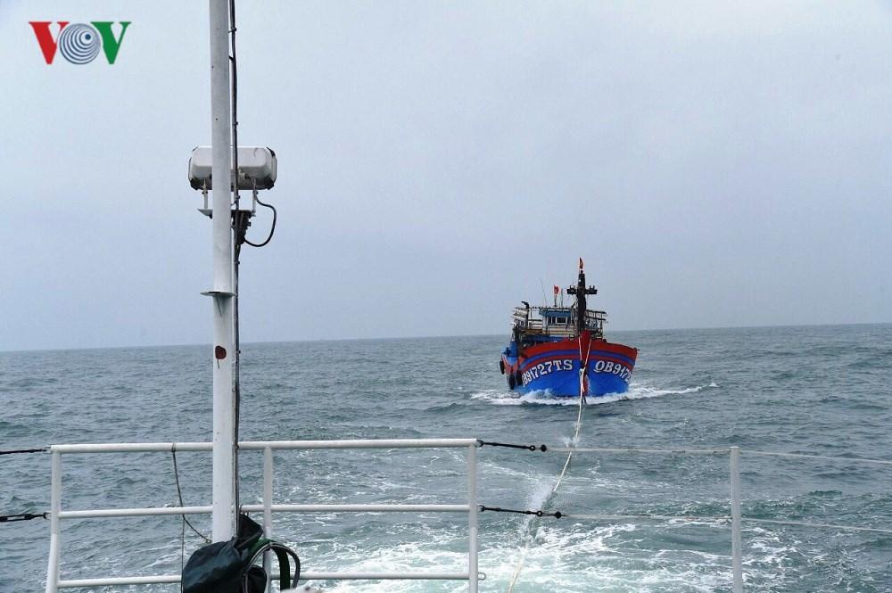 Cứu nạn được 2 tàu cá bị hỏng bánh lái khu vực đảo Cồn Cỏ Ảnh 1