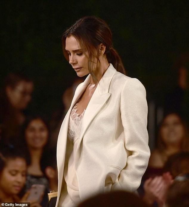 Victoria Beckham thanh lịch với vest trắng trên thảm đỏ sự kiện Ảnh 4