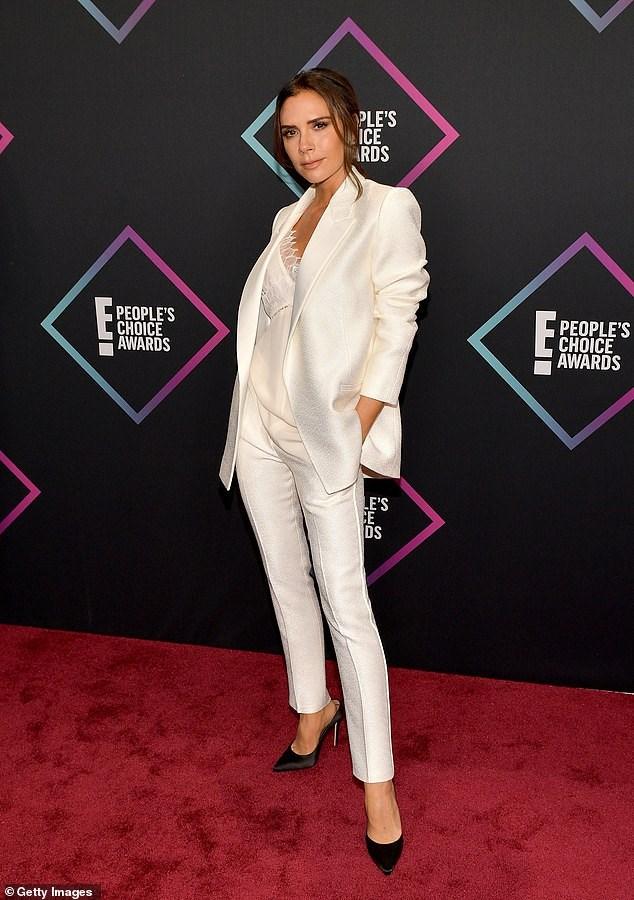 Victoria Beckham thanh lịch với vest trắng trên thảm đỏ sự kiện Ảnh 1