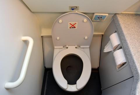 Tiết lộ những bí mật khó tin về nhà vệ sinh trên máy bay Ảnh 3