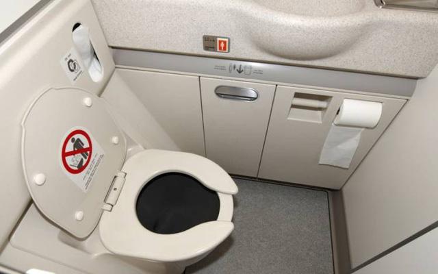 Tiết lộ những bí mật khó tin về nhà vệ sinh trên máy bay Ảnh 2