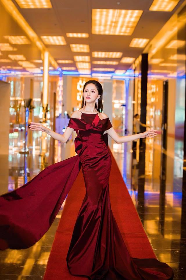 Tiểu Vy khôn khéo khi bắt chước kiểu tạo dáng 'thương hiệu' của Hoa hậu Hương Giang Ảnh 15